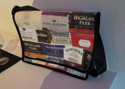 Tasche mit Whisky-Labels